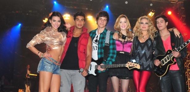 """Os amigos Carla (Mel Fronckowiak), Pedro (Micael Borges), Tomás (Chay Suede), Alice (Sophia Abrahão), Roberta (Lua Blanco), Diego (Arthur Aguiar) e além da amizade, dividem os palcos em """"Rebelde"""" (2012)"""