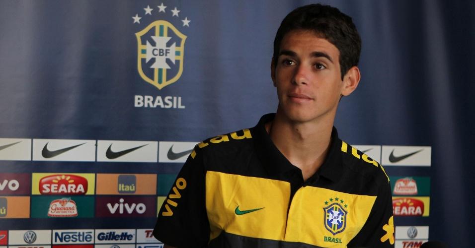 Oscar concede entrevista após treino da seleção sub-20 (24/01/2011)