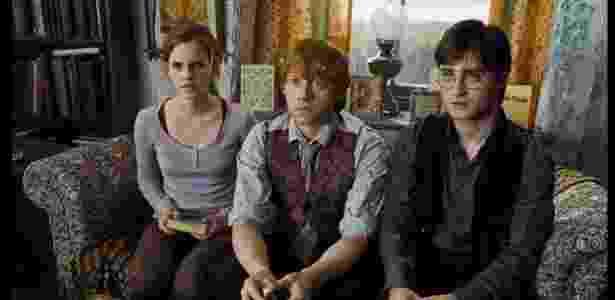 No cinema: Harry (Daniel Radcliffe), Ron (Rupert Grint) e Herminone (Emma Watson) - Reprodução/IMDB