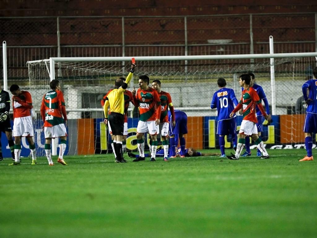 Rogério, da Portuguesa, é expulso após cometer pênalti em Borges, atacante do Cruzeiro