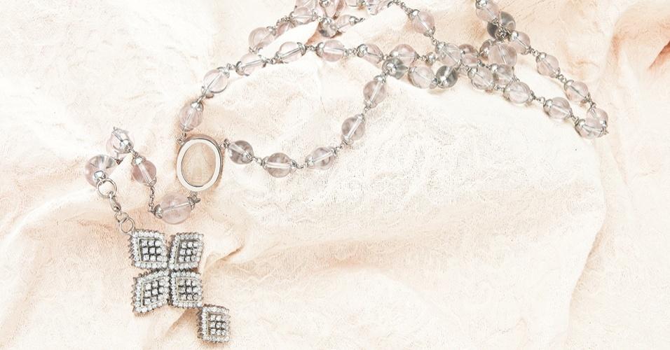 Terço em cristal de rocha com cruz filigrana; por R$ 280 (o aluguel) na Avivar Complementos para Noivas (www.avivarnoivas.com.br). Preço consultado em julho de 2012 e sujeito a alterações