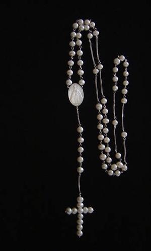 Terço em prata com pérolas cultivadas e madrepérola; por R$ 600 na Rosana Chinche Design de Jóias (www.rosanachinche.com.br). Preço consultado em julho de 2012 e sujeito a alterações