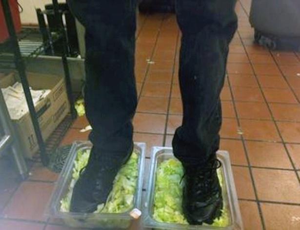 Um funcionário do Burger King que publicou uma foto pisando em alfaces usadas nos hambúrgueres da rede de fast food foi demitido, após usuários do próprio fórum anônimo no qual ele divulgou a foto denunciarem o caso