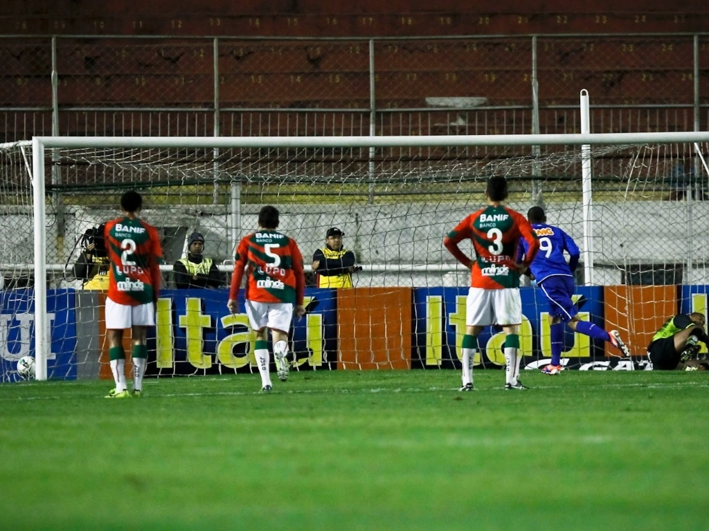 Wellington Paulista cobra pênalti e abre o placar para o Cruzeiro no jogo contra a Portuguesa
