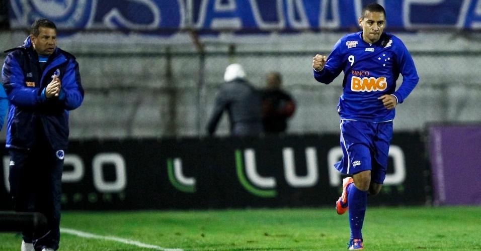 Wellington Paulista comemora primeiro gol do Cruzeiro na vitória sobre a Portuguesa, no Canindé