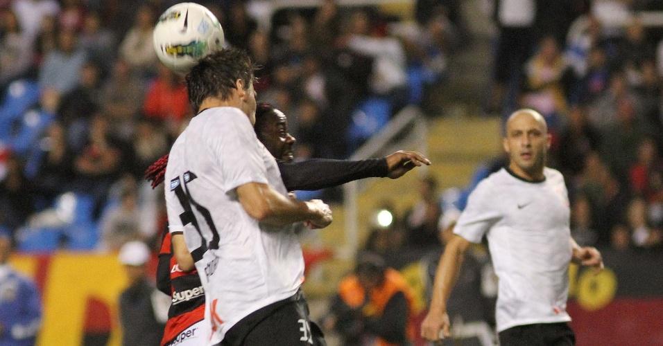 Zagueiro Paulo André, do Corinthians, sobe e consegue ganhar a jogada aérea de Vágner Love, do Flamengo