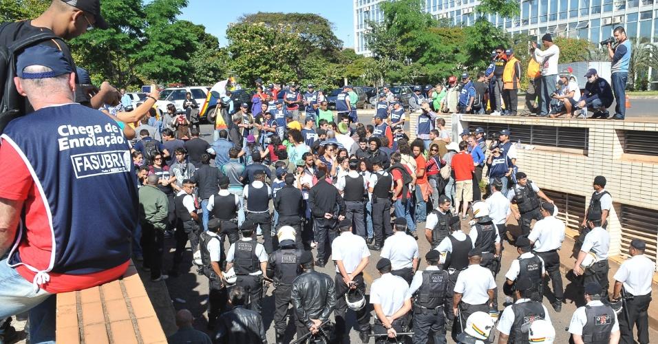 19.jul.2012 - Servidores públicos federais que estão acampados na Esplanada dos Ministérios voltam a protestar em frente ao Ministério do Planejamento, em Brasília, nesta quinta-feira (19).  Os manifestantes formaram cordões para impedir a entrada de funcionários no prédio