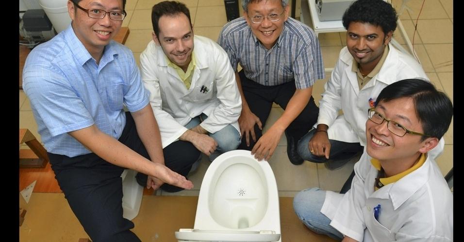 19.jul.2012 - Um grupo de cientistas de Cingapura criou um vaso sanitário ecológico que transforma a urina e as fezes em adubo e combustível através de um sistema que ainda economiza até 90% de água. Os pesquisadores da Universidade Tecnológica de Nanyang anunciaram que o protótipo do No-Mix Vacuum começará a ser utilizado em 2013 nos banheiros da instituição acadêmica de Cingapura