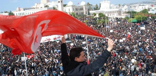 Protesto em Túnis nos primeiros momentos da Primavera Árabe, em fevereiro de 2011; 5 anos depois, a Tunísia foi o único país que conseguiu estabelecer uma frágil democracia