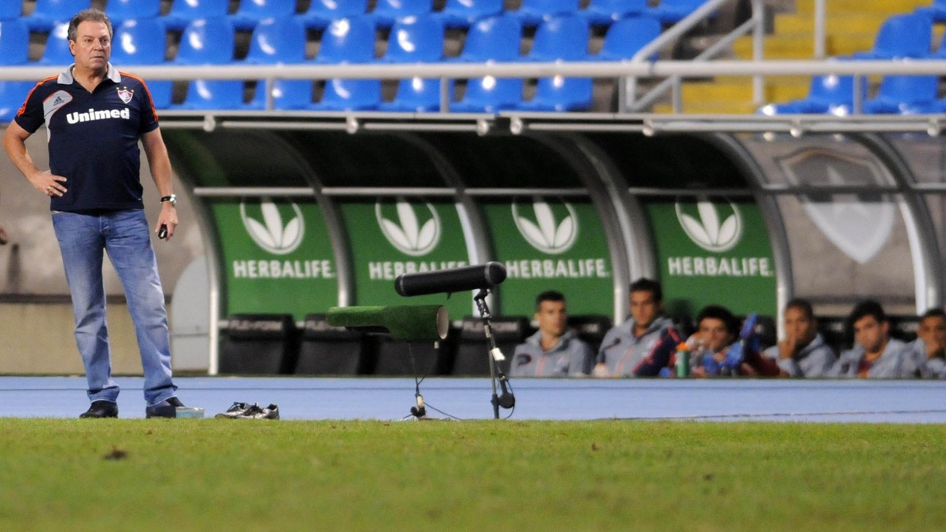 Abel Braga, técnico do Fluminense, observa partida contra o Bahia no Engenhão