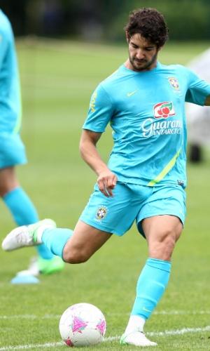 Alexandre Pato chuta a gol no treino de finalizações da seleção brasileira nesta quinta-feira (19/07/2012)