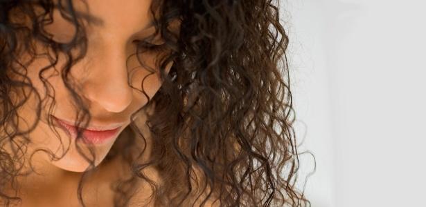 Os produtos do tipo leave-in são indispensáveis para a definição de cachos; especialistas recomendam o uso diário com os cabelos apenas úmidos - Thinkstock