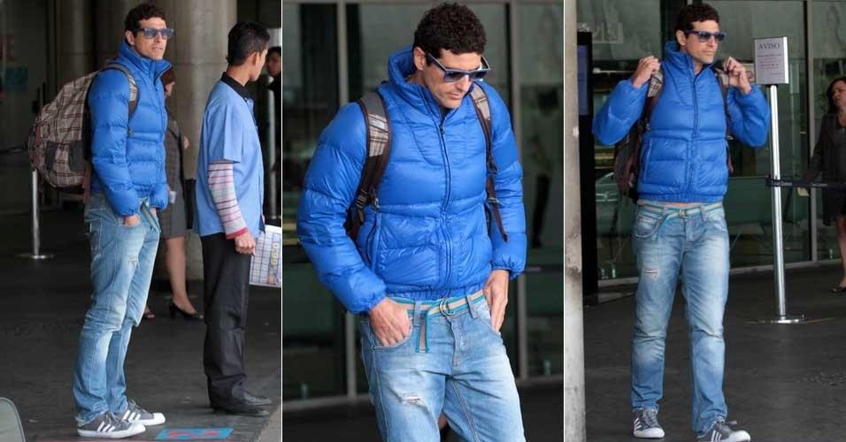 Com casaco e óculos azuis, o ator Reynaldo Gianecchini é flagrado em aeroporto (18/7/12)