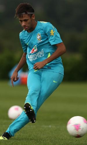 Com um elástico para prender a cabeleira, Neymar finaliza em treino de chutes a gol da seleção brasileira