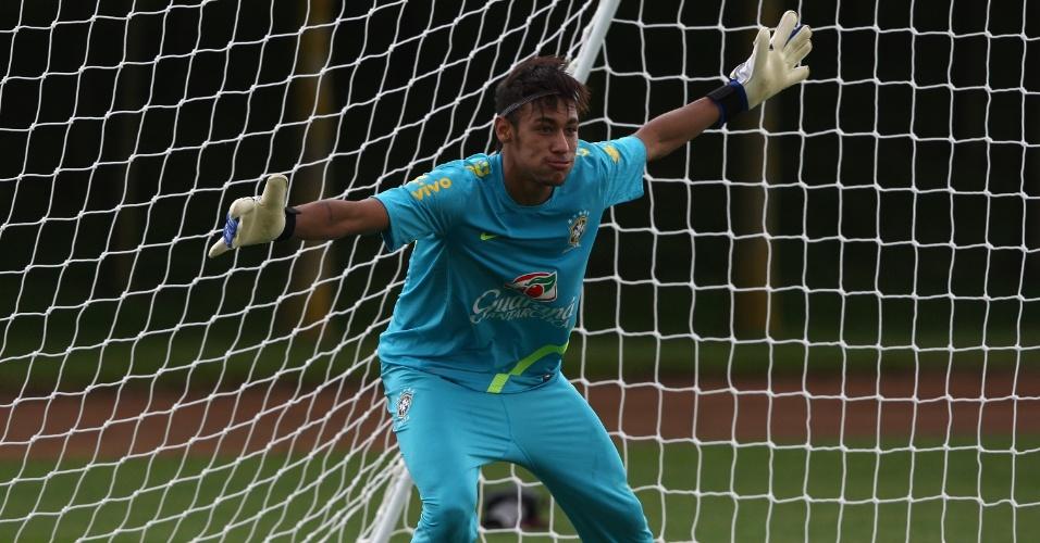 Como goleiro, Neymar se prepara para defender bola durante treino da seleção nesta quinta-feira (19/07/2012)