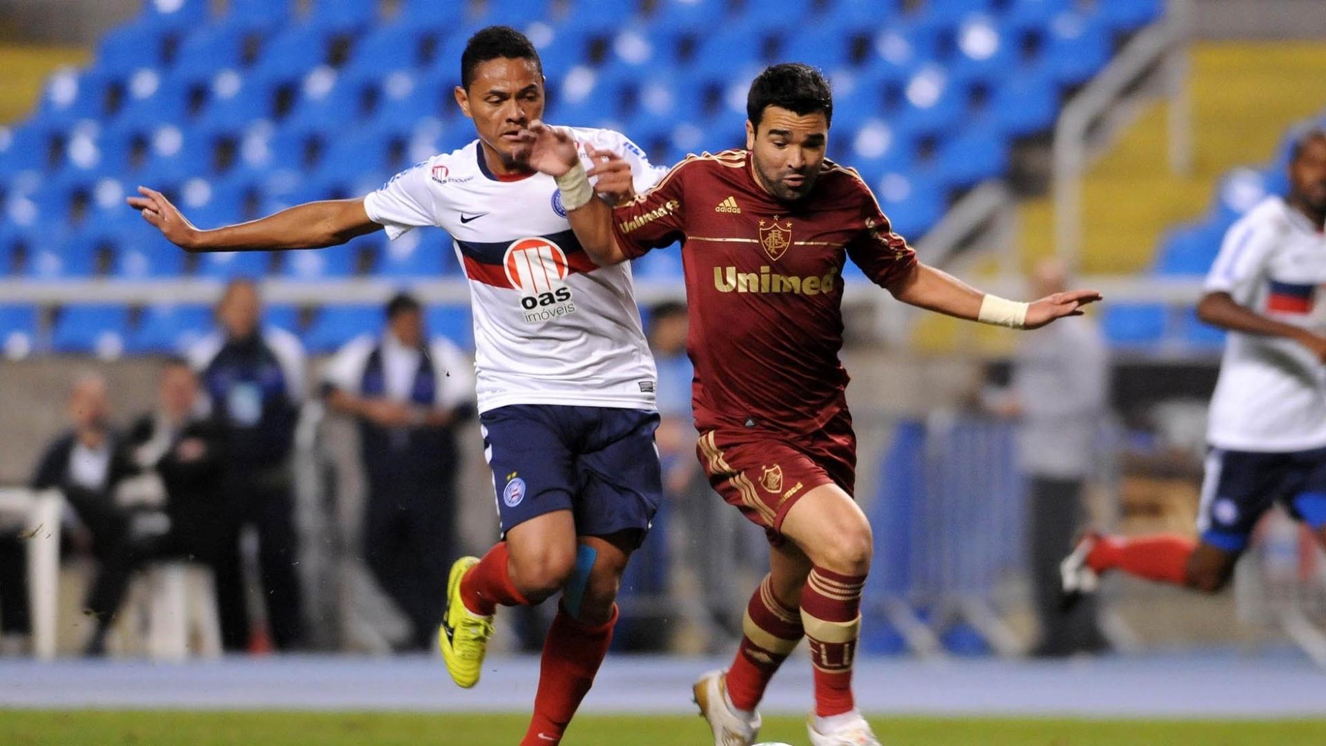 Deco (d.), do Fluminense faz jogada perseguido por adversário em partida diante do Bahia no Engenhão