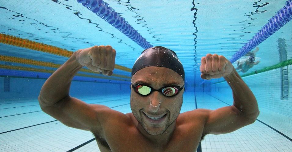 Felipe Lima posa para foto debaixo d'água na piscina do Crystal Palace durante treino desta quinta-feira (19/07/2012)