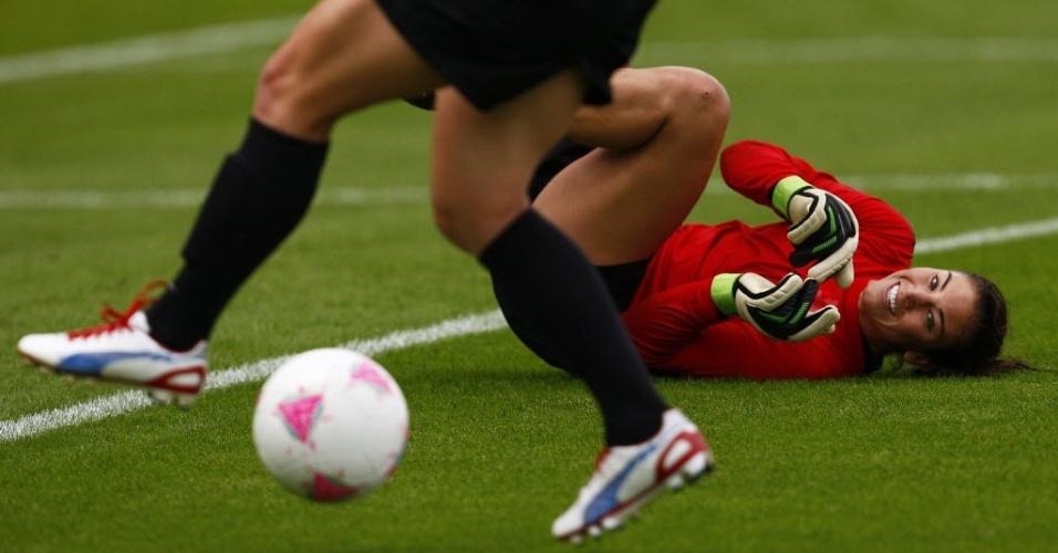 Hope Solo se diverte durante treino da seleção norte-americana de futebol feminino (19/07/2012)