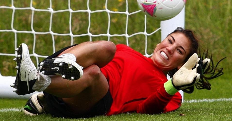 Hope Solo se movimenta durante treino da seleção dos Estados Unidos nesta quinta-feira (19/07/2012)