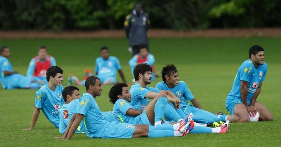 Jogadores observam orientações do técnico Mano Menezes durante treino da seleção brasileira no CT do Arsenal (19/07/2012)