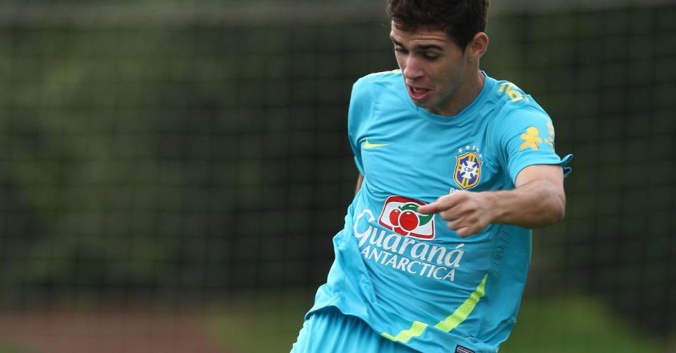 Meia Oscar chuta a gol durante treino da seleção brasileira no CT do Arsenal, nesta quinta-feira (19/07/2012)
