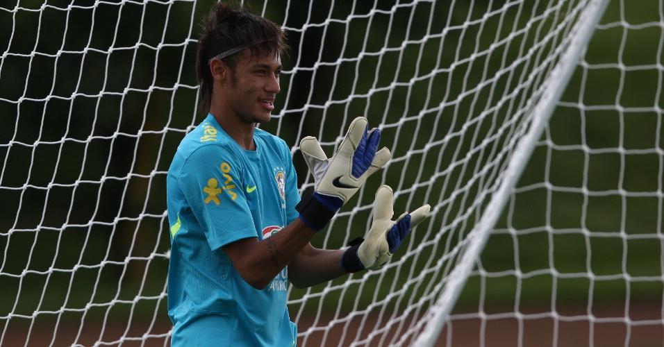 Neymar calça luvas e vai para o gol durante treino da seleção no CT do Arsenal