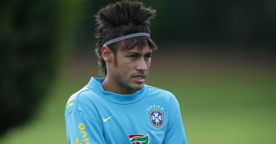 Neymar mostra novo penteado durante treino da seleção na Inglaterra