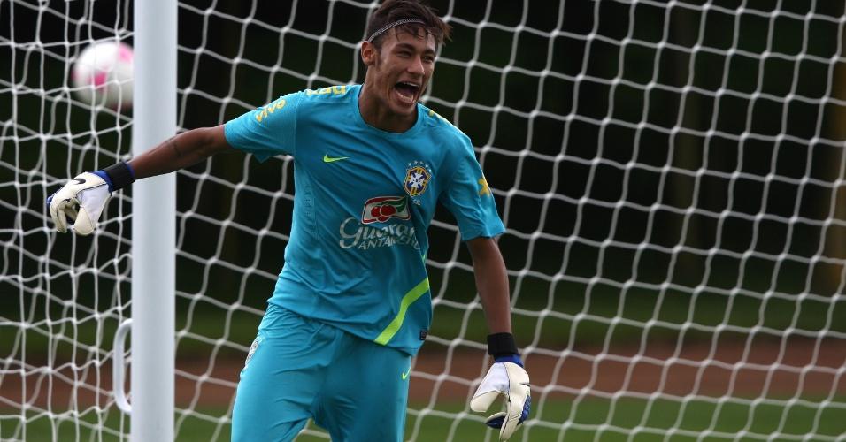 Neymar se diverte atuando como goleiro no treino da seleção brasileira desta quinta-feira (19/07/2012)