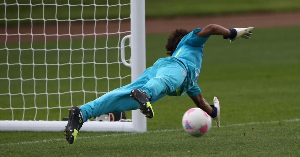 Neymar tenta agarrar chute durante treino do Brasil no CT do Arsenal, nesta quinta-feira (19/07/2012)