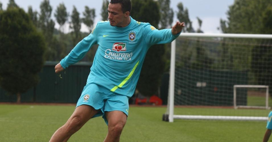 O atacante Leandro Damião chuta a gol durante treino da seleção brasileira nesta quinta-feira (19/07/2012)