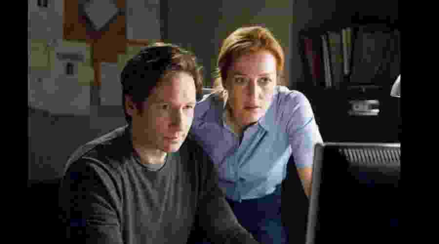 """Os agentes do FBI Fox Mulder (David Duchovny) e Dana Scully (Gillian Anderson)  formaram uma das amizades mais queridas da TV em """"Arquivo X"""" (1993) - Reprodução/IMDB"""