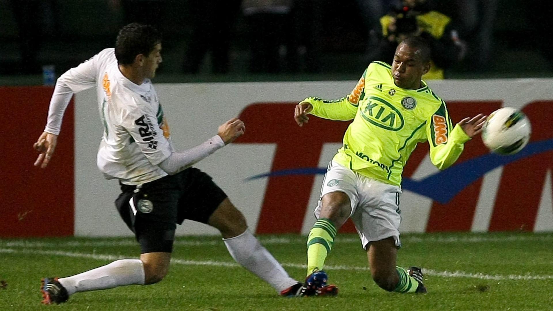 Patrik (d), do Palmeiras, em lance com Lucas Mendes, do Coritiba, durante partida no estádio Couto Pereira, em Curitiba