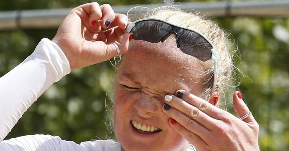 Shauna Mullin, jogadora de vôlei de praia da Grã-Bretanha, exibe unhas pintadas nas cores do seu país (19/07/2012)