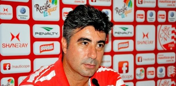 Técnico Alexandre Gallo concede entrevista na sala de imprensa do Náutico