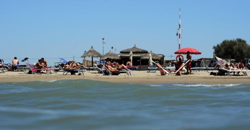 Turistas e italianos curtem praia privada de Fiumicino, próximo a Roma
