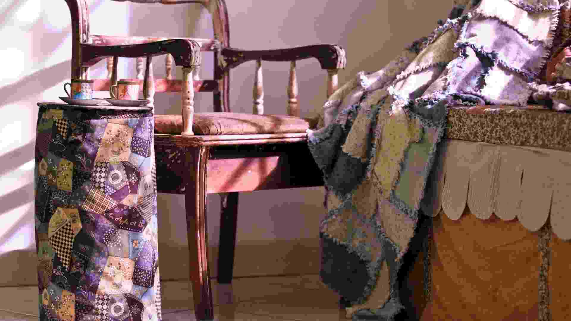 """Você tirou o edredom do maleiro e não sabe como guardá-lo em um lugar mais """"à mão""""? Deu uma esquentadinha, mas você quer deixar o edredom próximo à cama sem bagunçar o quarto?  A artesã Eliana Zerbinatti, da Country Craft Studio, ensina os passos de como fazer uma capa que também pode ser usada como uma mesinha de apoio lateral no quarto ou na sala de TV. Confira! - Leandro Moraes/UOL"""