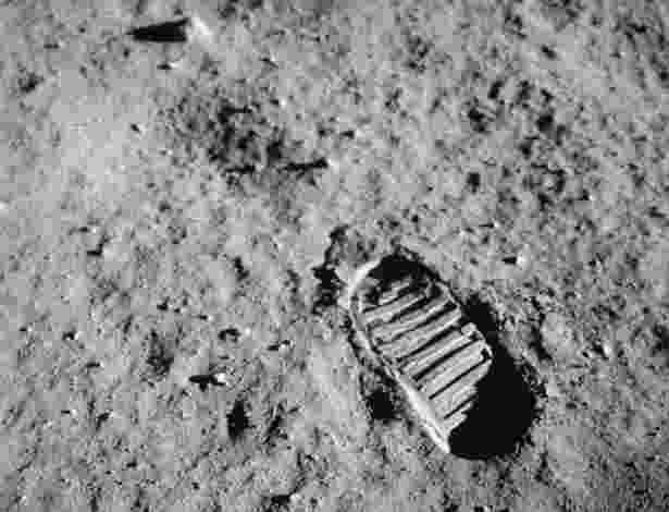 """20.Jul.1969 - Armstrong foi o primeiro a sair da nave. Ao pôr os pés na Lua, disse a célebre frase: """"Um pequeno passo para o homem, um gigantesco salto para a Humanidade"""" - Arquivos da Nasa"""