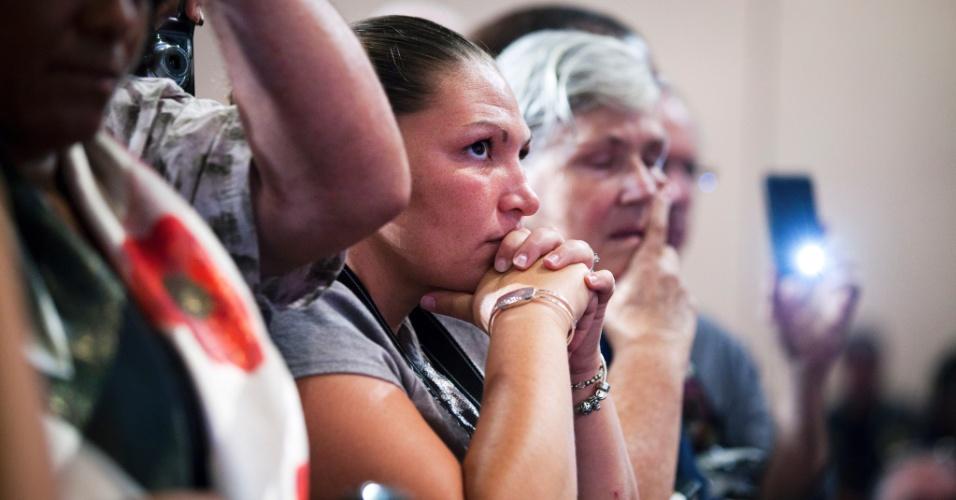 20.jul.2012 - Plateia presente durante discurso do presidente, Barack Obama, em  Fort Myers, na Flórida, faz minuto de silêncio em homenagem às vítimas do tiroteio em Aurora, Colorado