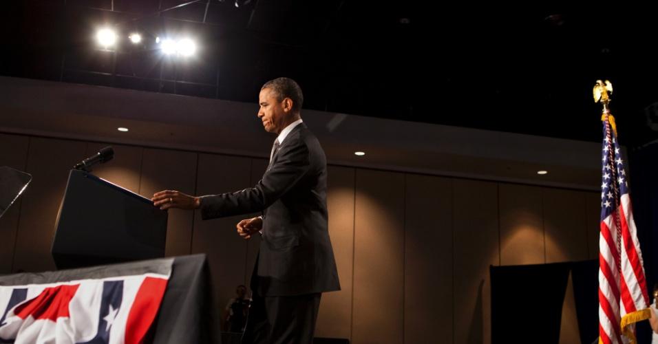 20.jul.2012 -  Presidente Barack Obama interrompe campanha em discurso em Fort Myers, na Flórida, para prestar homenagem aos mortos e feridos durante tiroteio em Aurora, Colorado