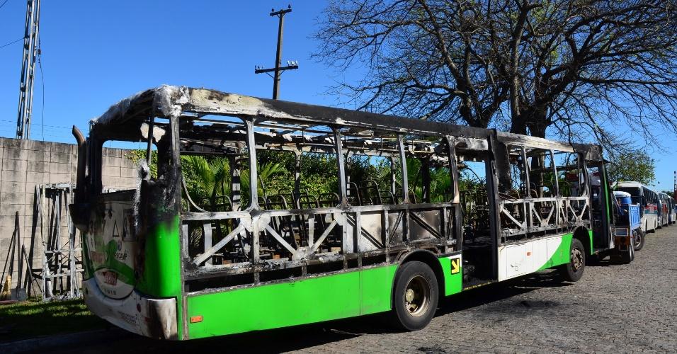 20.jul.2012 - Quatro ônibus foram incendiados no bairro São José, em Campinas (SP), desde quarta-feira (18).  Os suspeitos pararam os ônibus, roubaram os caixas, obrigaram os motoristas e cobradores a descer e em seguida jogaram um líquido inflamável no veículo. Não houve feridos