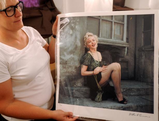 A curadora de uma galeria de fotografia Anna Wolska mostra uma foto de Marylin Monroe feita pelo fotógrafo de celebridades Milton H. Greene, que pertence ao governo polonês e será exibida em Varsóvia, antes de um possível leilão (20/7/12) - Alik Keplicz/AP Photo