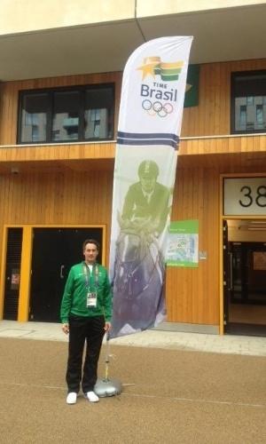 Cavaleiro Marcelo Tosi passa próximo a local do evento aonde vai ficar a equipe brasileira na Vila Olímpica, e tira foto ao lado de painel que identifica o local onde ficam os atletas brasileiros