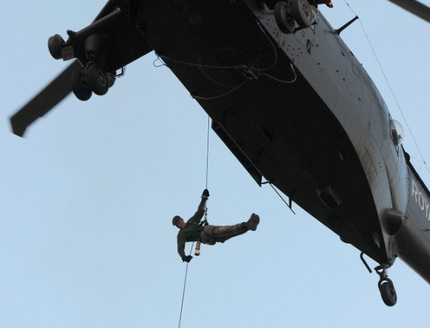Comandante da Marinha britânica leva tocha olímpica de helicóptero para Torre de Londres