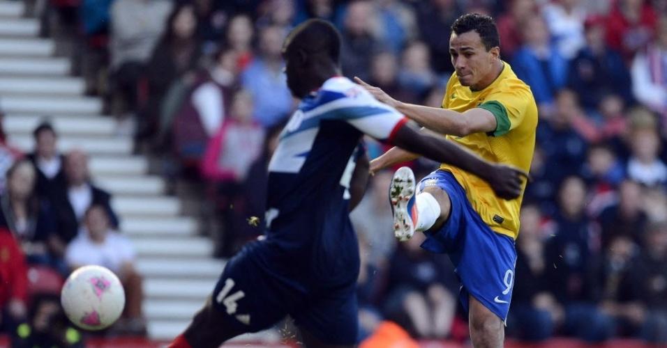Damião finaliza e britânico Micah Richards tenta corte durante amistoso entre Brasil e Reino Unido