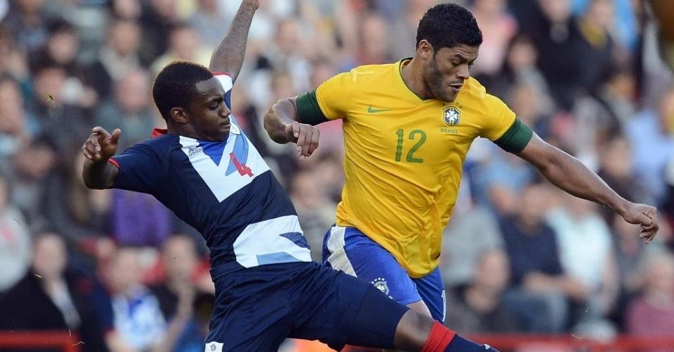 Hulk é marcado pelo britânico Danny Rose durante amistoso da seleção brasileira com o Reino Unido