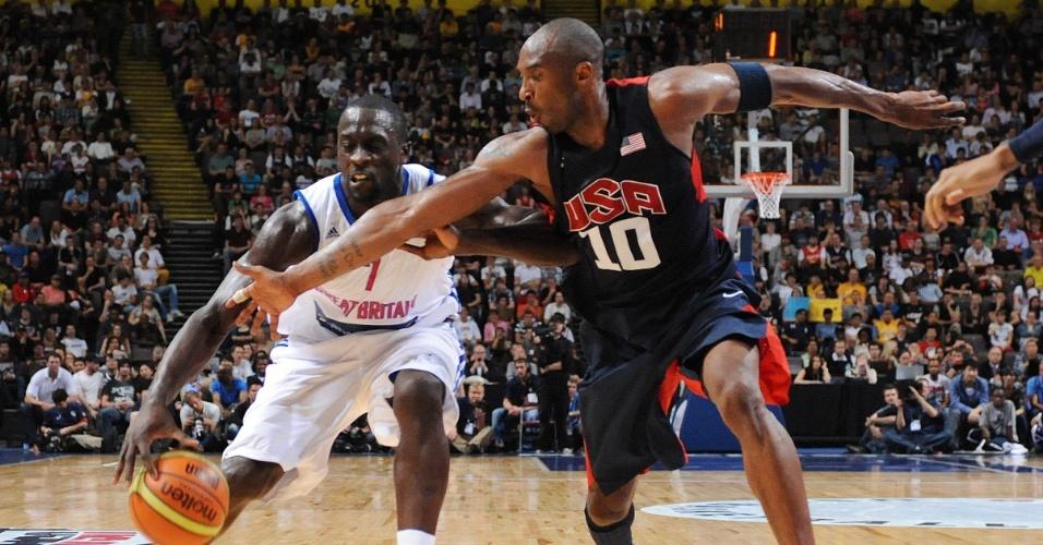 Kobe Bryant (d) tenta desarmar Pops Mensah-Bonsu durante o amistoso de basquete entre Estados Unidos e Reino Unido em Manchester; time americano venceu com facilidade por 118 a 78 (19/07/2012)