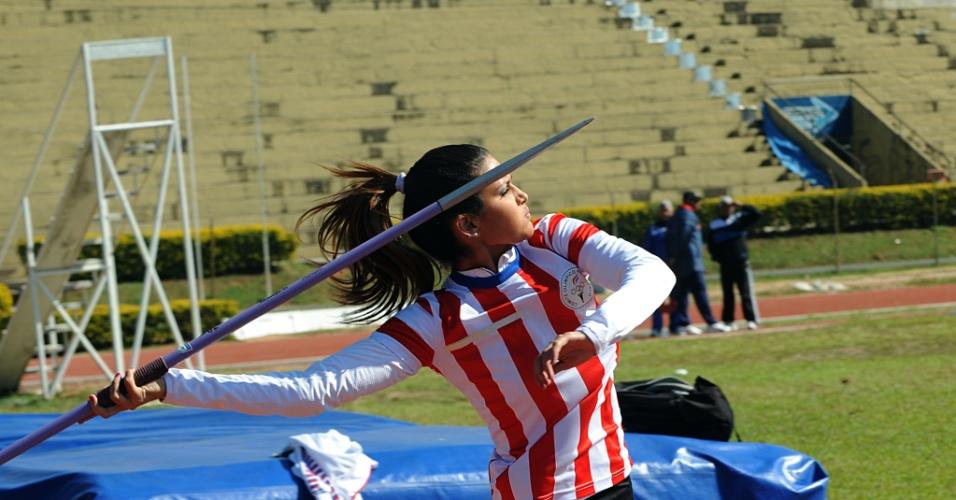 Leryn Franco, atleta paraguaia do arremesso de dardo, treina em Assunção para os Jogos Olímpicos de Londres