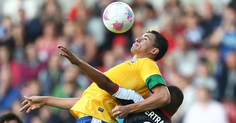 Marcado, atacante Leandro Damião domina bola no peito durante amistoso da seleção brasileira