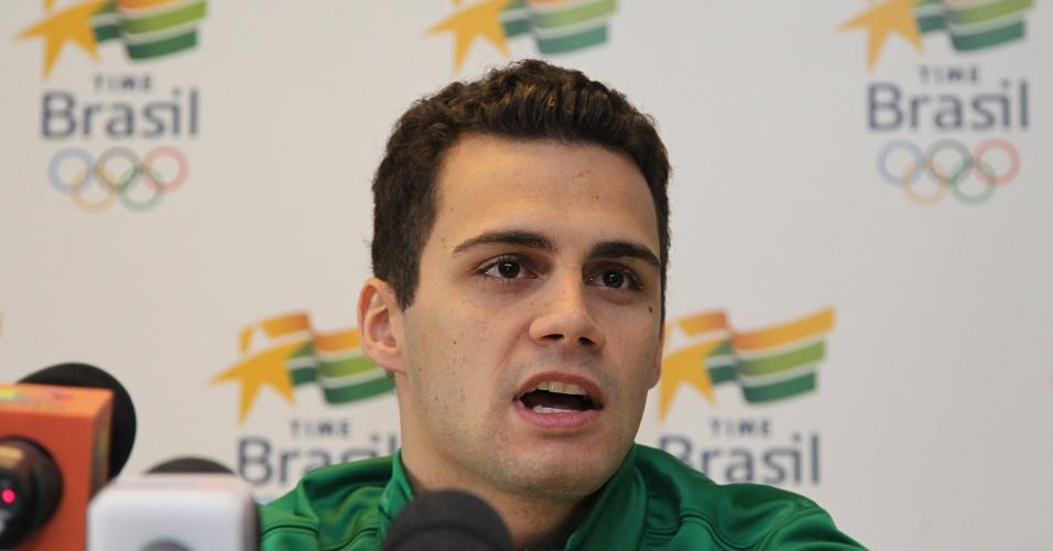 Nadador Leonardo de Deus concede entrevista no Crystal Palace após treino da seleção brasileira (20/07/2012)