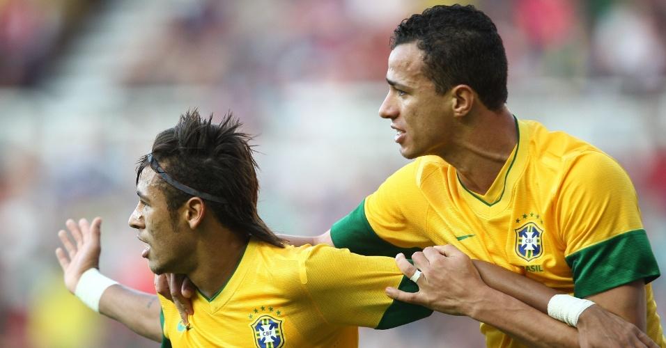 Neymar comemora com Leandro Damião gol marcado no amistoso contra o Reino Unido, o segundo do Brasil